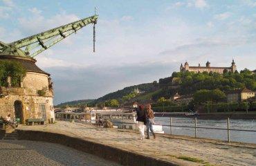 Alter Kranen mit Festung Marienberg