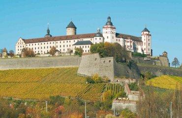 Festung Marienberg mit Weinbergen im Herbst