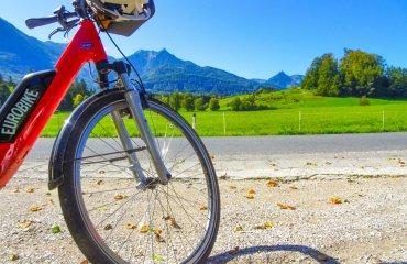 eurobike-radreise-alpe-adria-fahrrad-im-bergpanorama