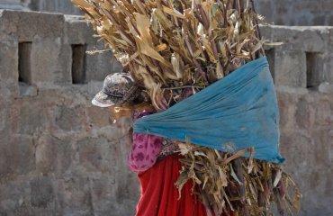Frau in Ollantaytambo im Heiligen Tal Fotolia